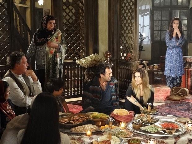 """Em """"Salve Jorge"""", Família de Zyah e Ayla descobrem o romance do guia com Bianca"""
