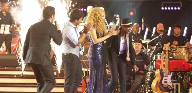 """13.dez.2012 - Marcos Mion anuncia o ganhador do """"Ídolos 2012"""", com Leonardo, Quinara e o vencedor Everton Silva no palco"""