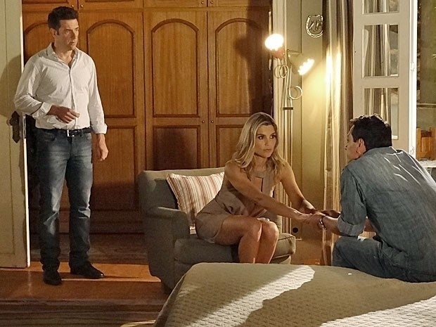 """Em """"Salve Jorge"""", novo namorado de Érica flagra a tenente de mãos dadas com Théo"""