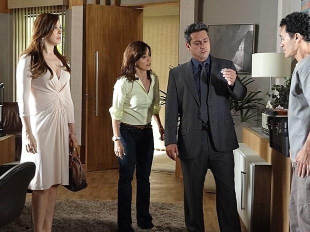 """Em """"Salve Jorge"""", Stenio descobre uma câmera escondida na sala de Haroldo e Lívia fica sem graça"""