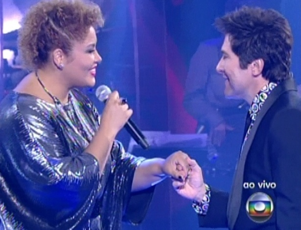 "16.dez.2012 - Alma Thomas canta com Daniel na final do ""The Voice Brasil"""