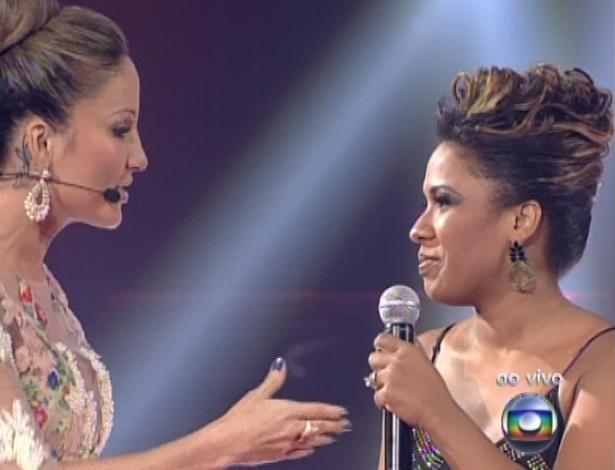 "16.dez.2012 - Claudia Leitte conversa com Thalita Pertuzatti após eliminar a candidata na final do ""The Voice Brasil"""