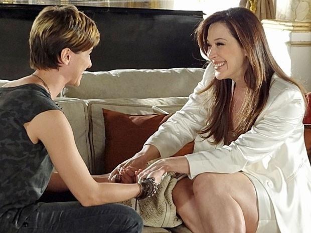 """Em """"Salve Jorge"""", Lívia visita Aisha e diz que irá ajudá-la a encontrar seus pais biológicos"""