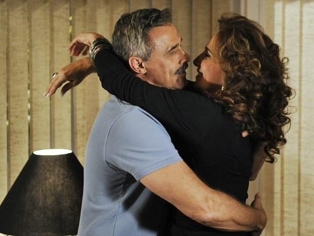 """Em """"Salve Jorge"""", Wanda e Nunes se beijam e relembram o passado"""