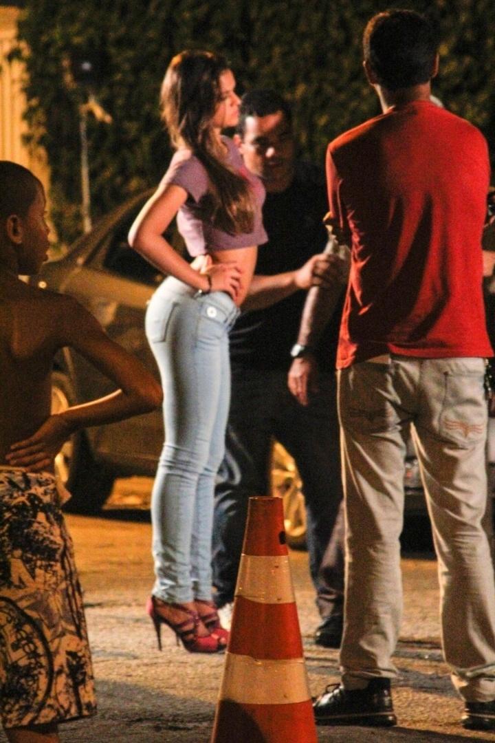 """20.dez.2012 - Bruna Marquezine deixa barriga à mostra durante gravação de """"Salve Jorge"""""""