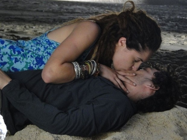 """Em """"Malhação"""", Valentina consegue beijar Dinho"""