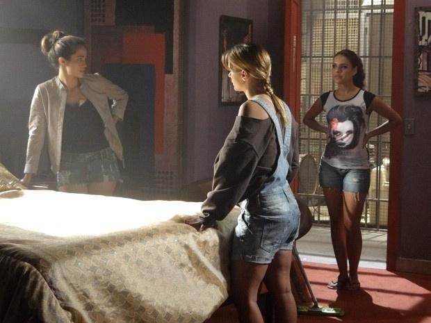 """Em """"Salve Jorge"""", Rosângela flagra Jéssica e Morena escondendo roupas"""