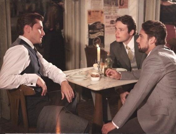 """Em """"Lado a Lado"""", Albertinho pergunta o nome da amante de Umberto e o jovem fica nervoso"""