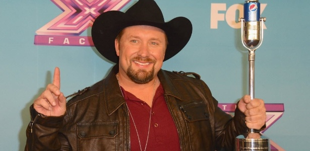 """O vencedor do programa musical """"X-Factor"""" Tate Stevens comemora a vitória em Los Angeles. Stevens receberá um contrato fonográfico de US$ 5 milhões"""