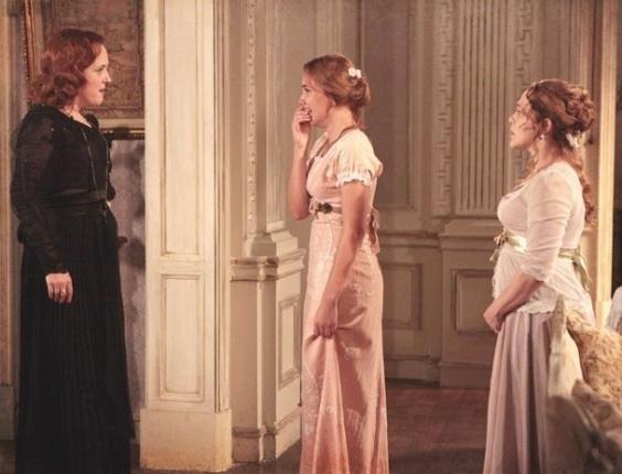 """Em """"Lado a Lado"""", Carlota dá uma surra em Alice depois de descobrir seu romance"""