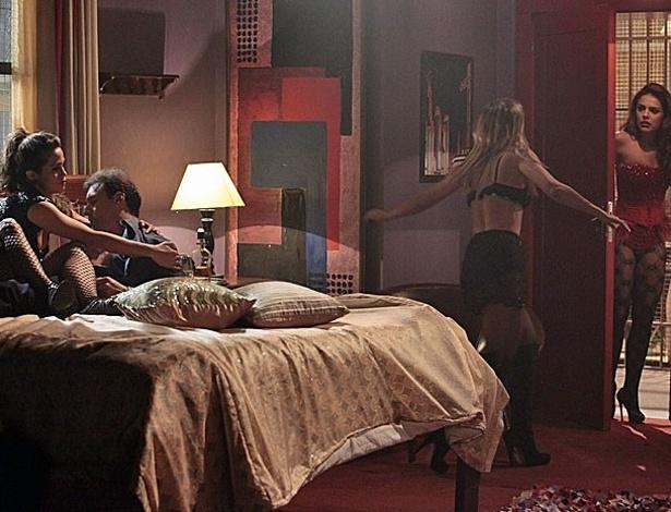 """Em """"Salve Jorge"""", Rosângela invade quarto e quase flagra Morena e Jéssica tentando fugir"""