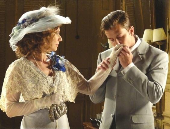 """Em """"Lado a Lado"""", Umberto beija a mão de Constância"""