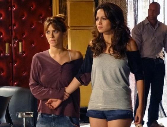 """Em """"Salve Jorge"""", Morena (dir.) é consolada por Jéssica (esq.) ao ficar sem saber onde está o filho"""