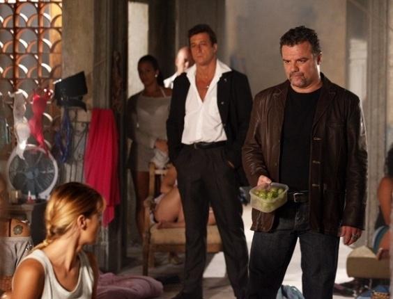 """Em """"Salve Jorge"""", Russo treina Jéssica e Morena com uvas para serem mulas"""