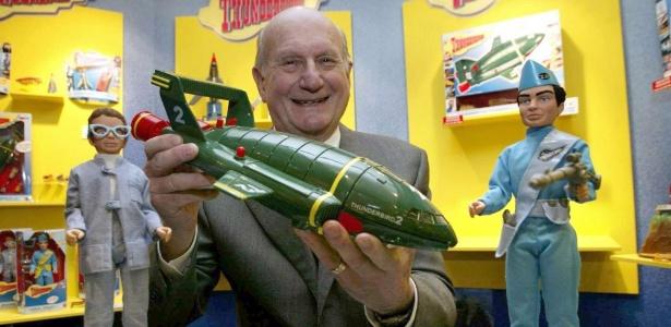 """27.jan.2005 - Gerry Anderson posa com um brinquedo da série """"Thunderbirds"""" no aniversário de 40 anos de sua primeira exibição"""