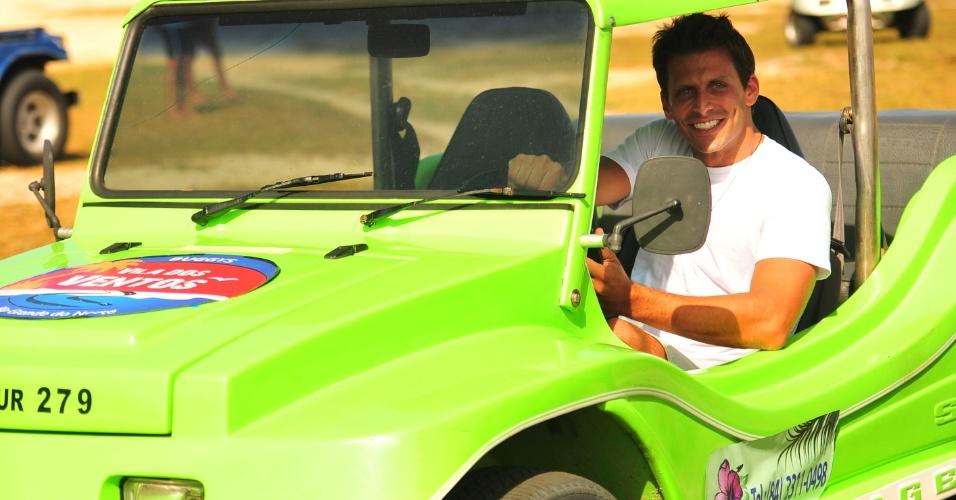 """4.jan.2013 O ator Henri Castelli durante as gravações da novela """"Flor do Caribe"""" nas dunas de Genipabu, no Rio Grande do Norte. Na trama, a próxima das 18h, ele viverá Cassiano, um piloto da aeronáutico que namora Ester (Grazi Massafera)"""