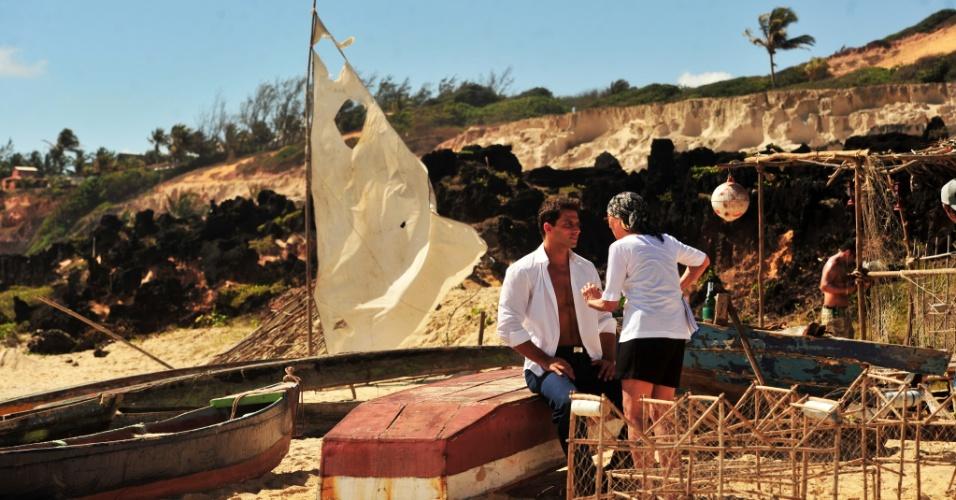 """4.jan.2013 O ator Henri Castelli durante as gravações da novela """"Flor do Caribe"""" no Rio Grande do Norte. Na trama, a próxima das 18h, ele viverá Cassiano, um piloto da aeronáutico que namora Ester (Grazi Massafera)"""