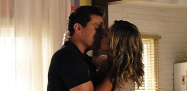 """Em """"Salve Jorge"""", por insistência da mãe, Theo topa noivar com Erica"""