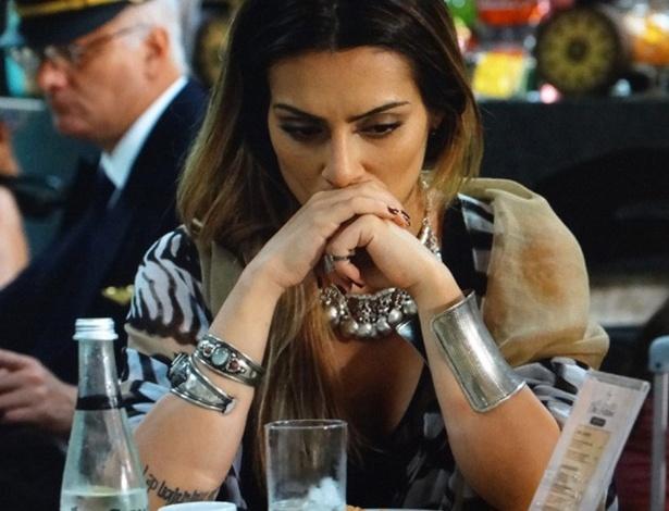 """Em """"Salve Jorge"""", Bianca desiste de Zyah e compra passagem de volta para o Brasil"""