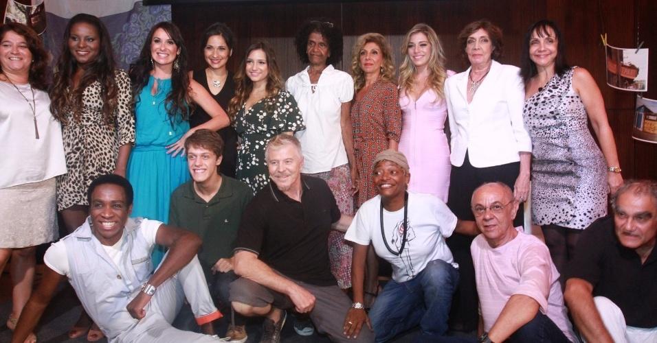 """7.jan.2013 - Miguel Falabela e elenco apresentam a nova série da Globo """"Pé na Cova"""""""