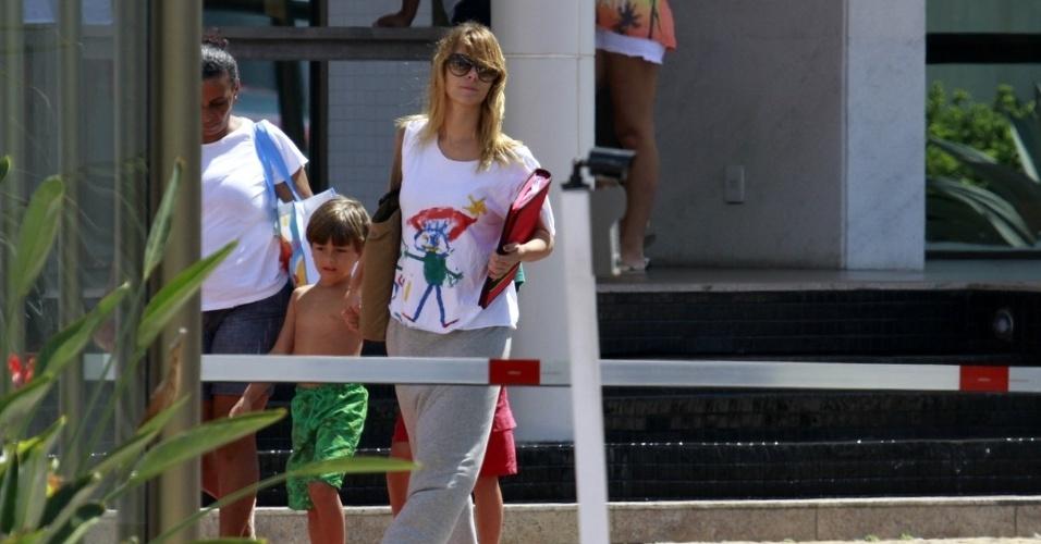 """8.jan.2013 - Atriz Carolina Dieckmann chega com o filho caçula, José, para gravar cenas da novela """"Salve Jorge"""", no Rio de Janeiro"""