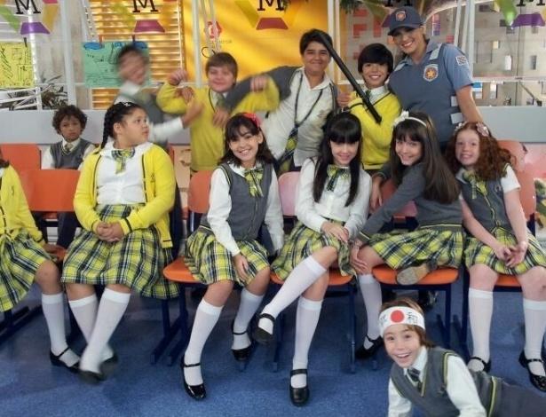"""8.jan.2013 - Lívia Andrade publica foto vestida de policial com as crianças do elenco de """"Carrossel"""". Na legenda, ela escreveu: """" Todo.mundo em cana!!!"""""""