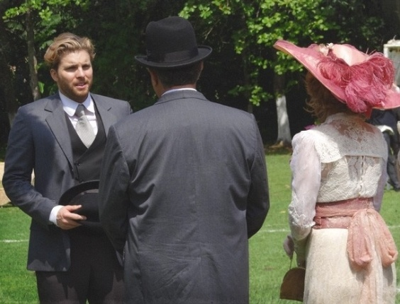 """Em """"Salve Jorge"""", Edgar condena Constância por renegar Laura, e eles batem boca no clube"""