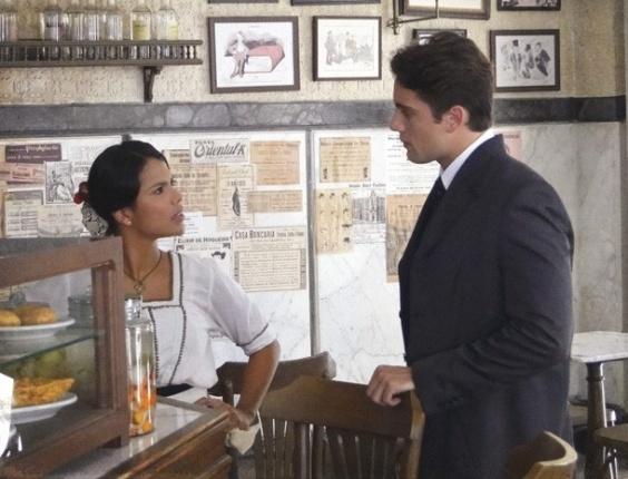 """Em """"Lado a Lado"""", Albertinho tenta enrolar Gilda, mas leva fora e ouve que ele foi só uma brincadeira"""