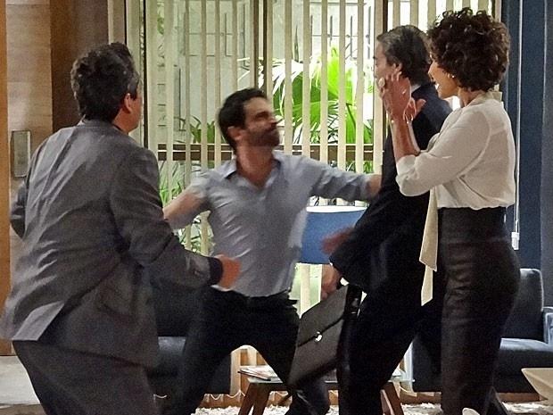"""Em """"Salve Jorge"""", depois de apanhar de Celso, Carlos pensa em se separar de Amanda"""