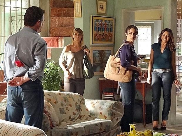 """Em """"Salve Jorge"""", Russo não deixa Jéssica e Morena contarem a verdade para Helô"""