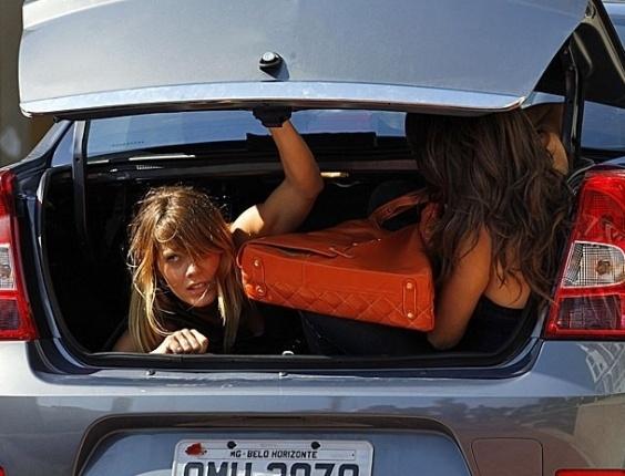 """15.jan.2013 - Em """"Salve Jorge"""", Morena e Jéssica entram no prédio de Helô dentro de um porta-malas"""