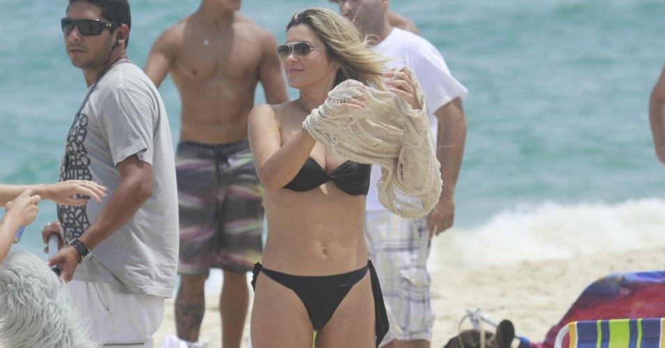 """14.jan.2013 - De biquini preto, Flávia Alessandra gravam cena de """"Salve Jorge"""" na praia do Recreio dos Bandeirantes"""