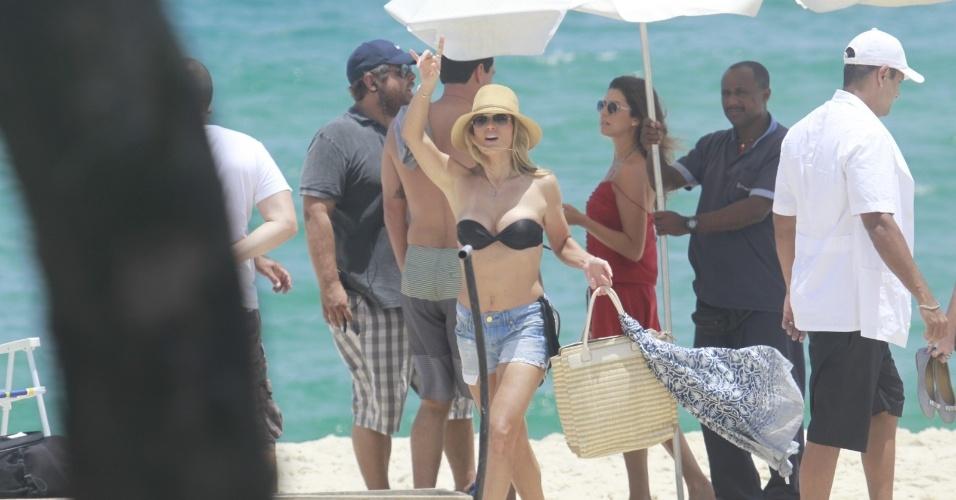 """14.jan.2013 - Rodrigo Lombardi e Flávia Alessandra gravam cena de """"Salve Jorge"""" na praia do Recreio dos Bandeirantes"""
