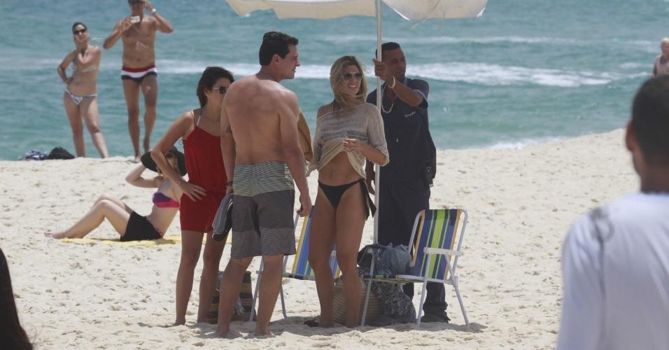 """14.jan.2013 - Rodrigo Lombardi, Fernanda Paes Leme e Flávia Alessandra gravam cena de """"Salve Jorge"""" na praia do Recreio dos Bandeirantes"""