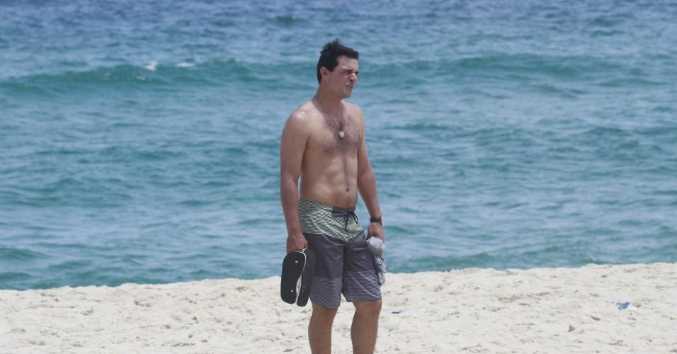 """14.jan.2013 - Rodrigo Lombardi grava cena de """"Salve Jorge"""" na praia do Recreio dos Bandeirantes, no Rio"""