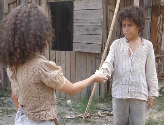 """Em """"Lado a Lado"""", para ajudar Elias a fugir, Madá joga terra no rosto de Berenice"""