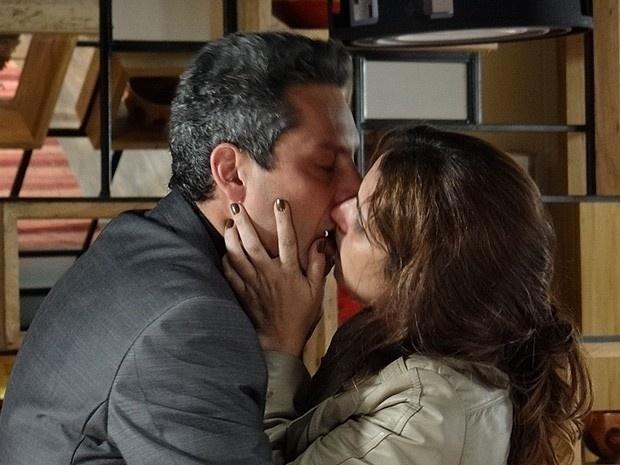 """Em """"Salve Jorge"""", Helô e Stenio se beijam e o advogado se declara"""