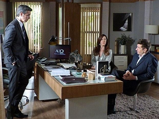 """Em """"Salve Jorge"""", Lívia descobre que a polícia está atrás do suspeito que tentou matar Helô e fica tensa"""