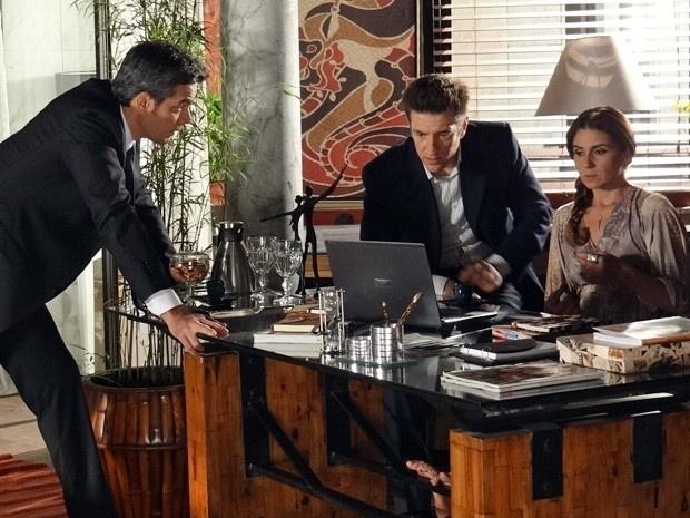 """16.jan.2013 - Em """"Salve Jorge"""", Haroldo (Otaviano Costa) e Ricardo (Alexandre Barros) descobrem quem colocou a bomba no carro de Helô (Giovanna Antonelli)"""