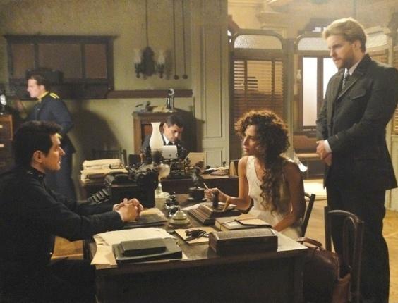 """Em """"Lado a Lado"""", Isabel denuncia Constância para a polícia pelo sequestro de Elias"""