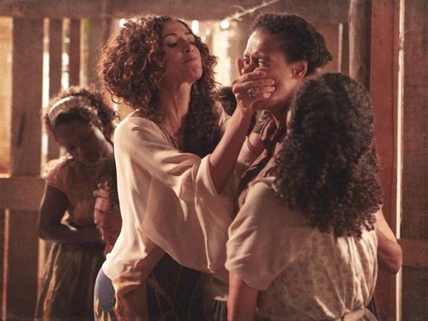 """Em """"Lado a Lado"""", Isabel se vinga de Berenice e Zenaide fazendo com que comam pimentas"""