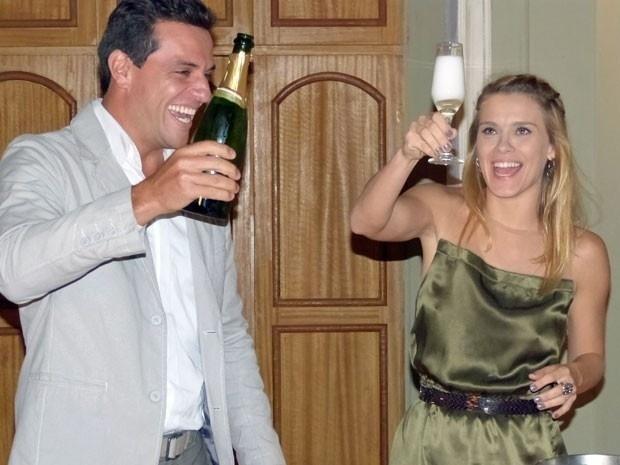 """Com champanhe, Carolina Dieckmann brinda com Rodrigo Lombardi e se despede de """"Salve Jorge"""""""