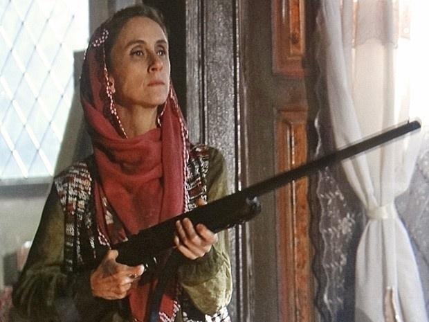 """Em """"Salve Jorge"""", com uma espingarda, Sarila exige que Zyah se case com Ayla"""