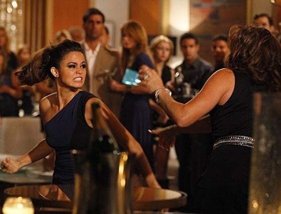 """Em """"Salve Jorge"""", Morena acusa Wanda de ter matado Jéssica e dá outra surra na bandida"""