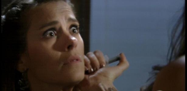 Livia (Claudia Raia) pede que ela espere e enfia uma injeção em seu pescoço