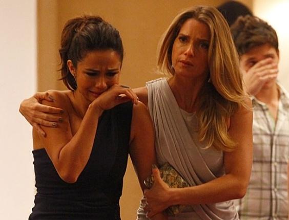 """22.jan.2013 - Morena se choca ao encontrar o corpo de Jéssica caído no banheiro. """"Jéssica! Fala comigo!"""", diz Morena, que leva um tempo para perceber que a amiga está morta. No ar dia 22"""