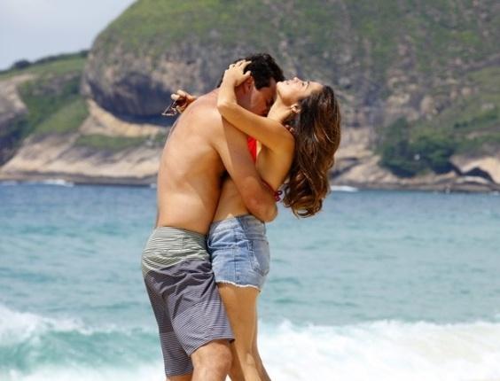 """Em """"Salve Jorge"""", Morena e Théo namoram na praia"""
