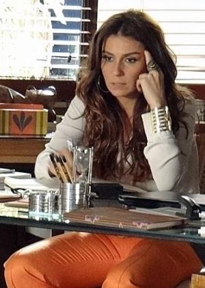 Delegada conclui que empresária está na foto tirada por Rachel (Ana Beatriz Nogueira) no dia do desfile