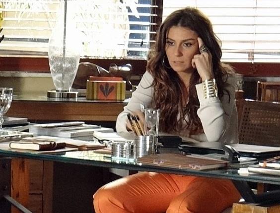 """Em """"Salve Jorge"""", Helô acredita que Lívia mentiu para evitar escândalo"""
