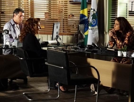 """25.jan.2013 - Em """"Salve Jorge"""",  Wanda depõe e diz que Jéssica era uma drogada"""